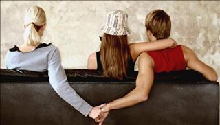 Khi bạn thân yêu bạn trai mình, 12 chòm sao nữ sẽ làm gì?