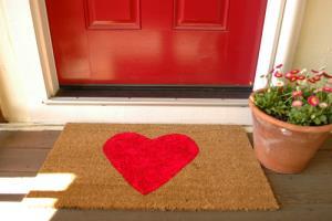 Phong thủy mặt tiền: Chọn thảm trước cửa chính để đón lộc cầu an