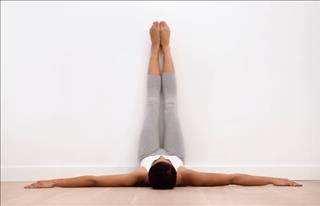 Tác dụng không ngờ của việc gác chân lên tường, ai béo bụng không thể bỏ qua