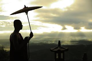 Ý nghĩa và vẻ đẹp của việc các tu sĩ đi khất thực