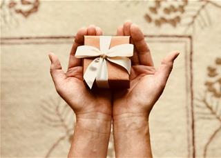 Khi được tặng quà, 12 chòm sao có quan tâm giá trị quà tặng không?