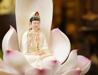 Đứng trước Bồ Tát Quán Thế Âm, chỉ cần nhẩm niệm 3 nguyên tắc này sẽ cầu được ước thấy khổ nạn tất qua