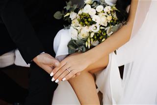 Chọn nhẫn cưới hợp phong thủy: Kiểu dáng gì, đeo như thế nào giúp vợ chồng vượng vận?