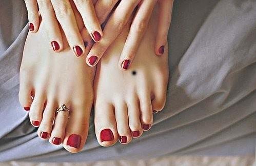 Nốt ruồi chính giữa mu bàn chân