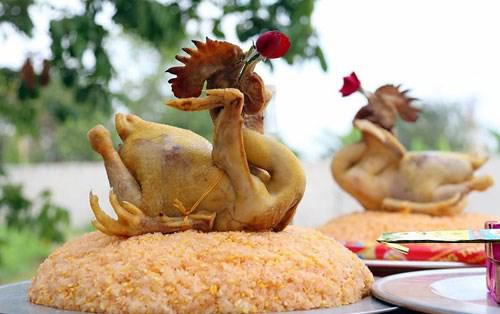 Thực hư chuyện gà trống cúng giao thừa phải được nuôi, nhốt trên đất của gia đình trước 3 ngày?