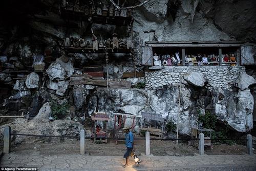 Rùng rợn nghi lễ tắm rửa cho người chết ở Indonesia