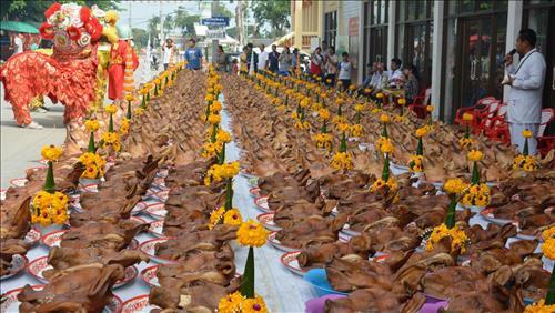 Phat Tu thai Lan cung 300 dau heo