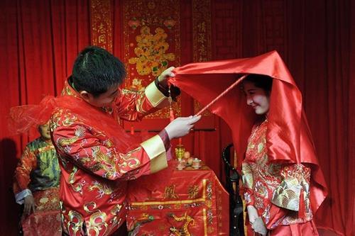 Phong tục cổ hủ thách cưới khiến khuynh gia bại sản ở Trung Quốc khiến ai cũng phải xót xa