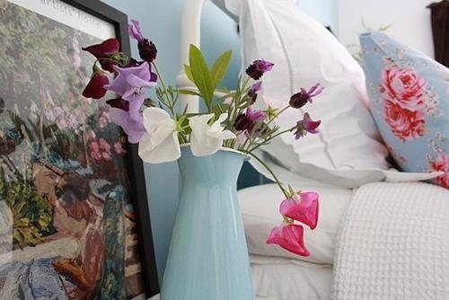 hoa tuoi trong phong ngu