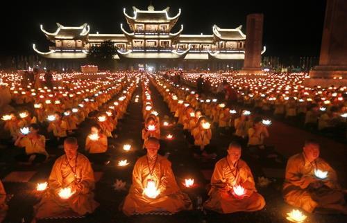 Phật Giáo có khuyến khích cầu siêu không? Đâu là giới hạn dẫn đến mê tín?