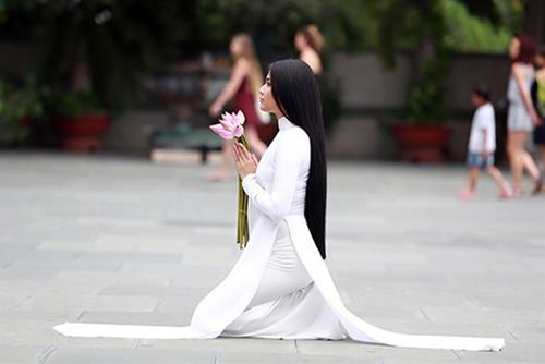Bái lạy Phật Bà Quán Thế Âm Bồ Tát